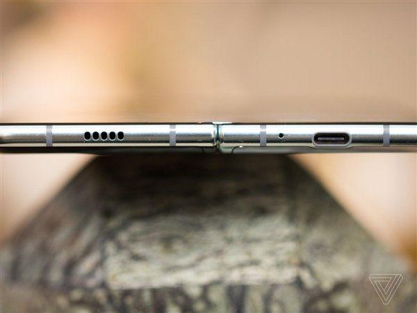 Смартфон в разложенном состоянии - нижняя грань