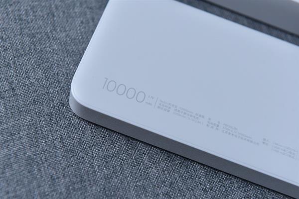 Надписи на мобильном аккумуляторе 10000 мАч