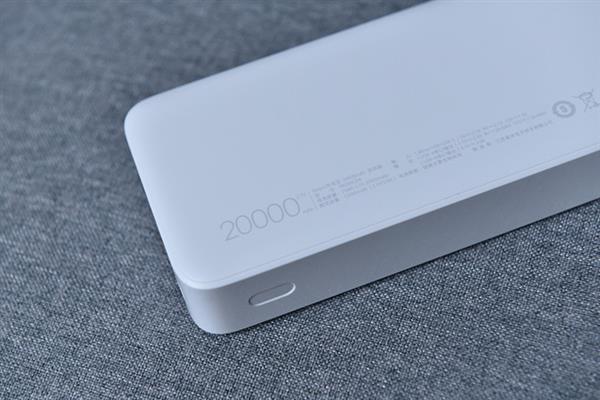 Надписи на мобильном аккумуляторе 20000 мАч
