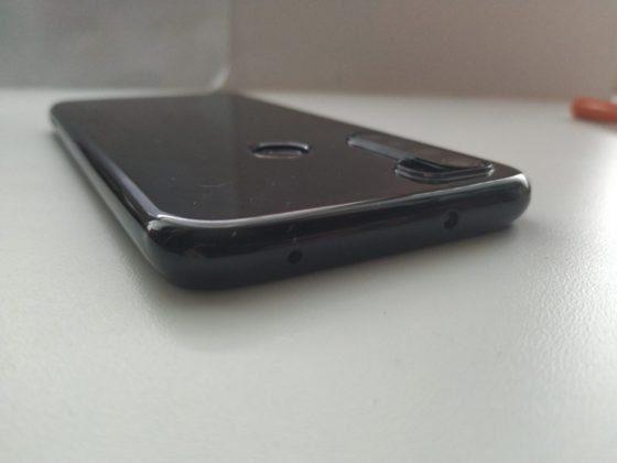 Смартфон в чехле - вид сбоку