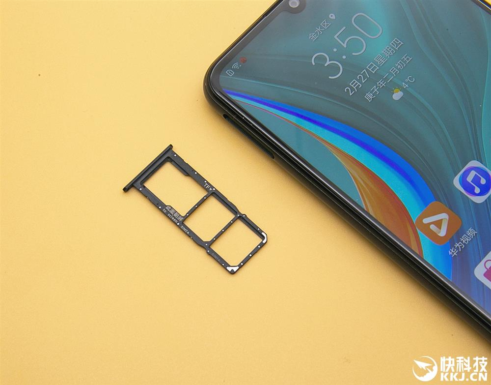 слоты для SIM-карт и карты памяти.