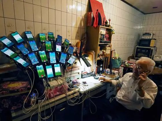 Китаец использует сразу 30 смартфонов