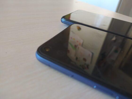 На смартфонах с завода наклеена защитная пленка