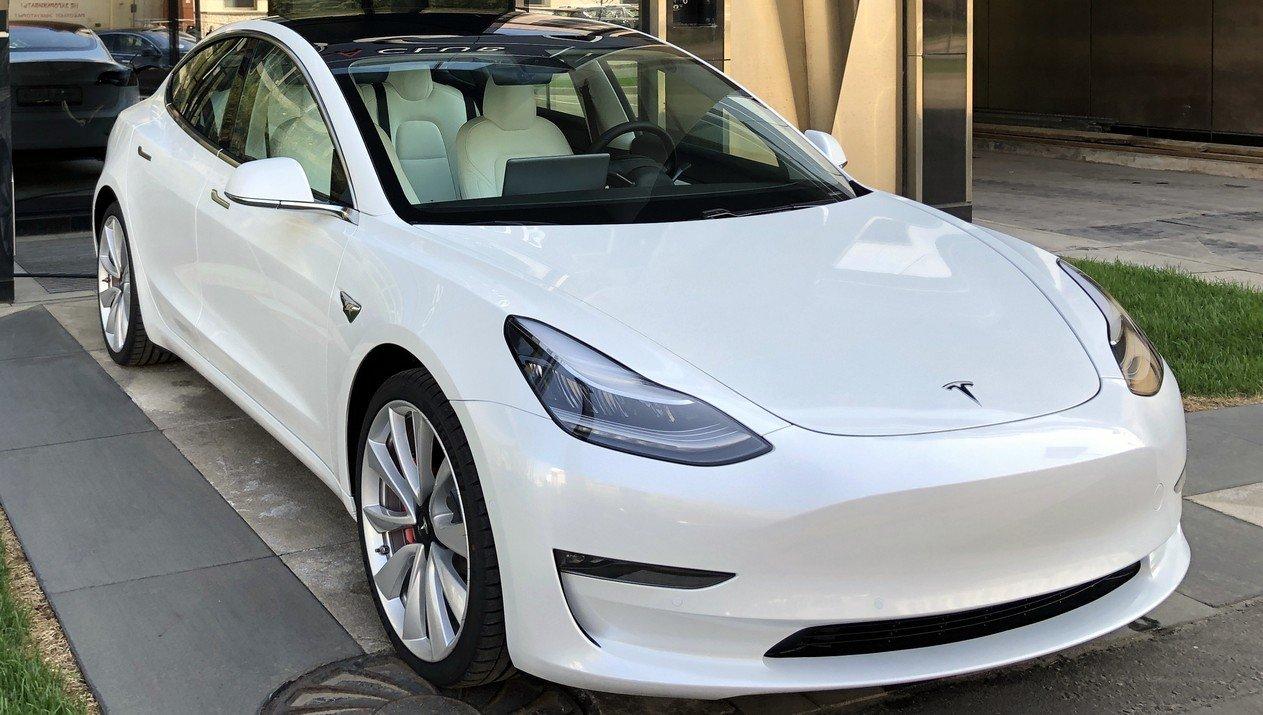 Первым оснастят «бесконечным» аккумулятором Tesla 3