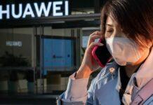 Китайцы начали массово скупать подорожавшие на 40% смартфоны Huawei