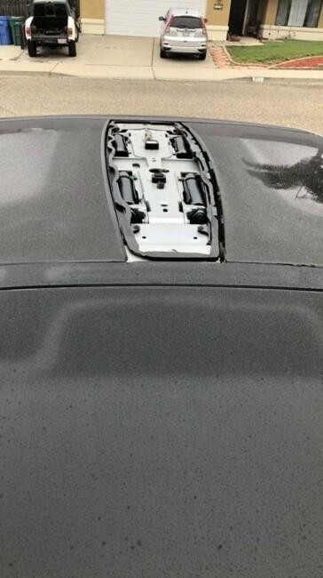 Во время движения у Tesla Model X сносит крышу, в прямом смысле
