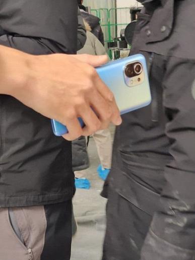 Xiaomi Mi 11 достали из штанов