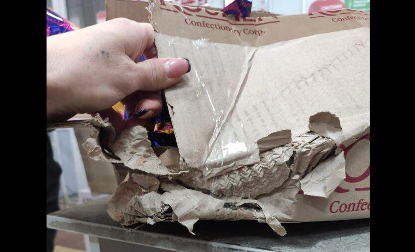 Предновогодний скандал в Новой почте: «…они сожрали конфеты и заклеили коробку!»