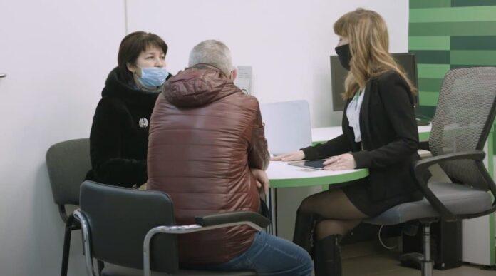 Пенсионер обвинил персонал «Приватбанка» в краже 300 гривен
