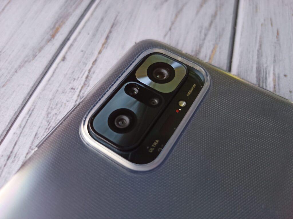 Смартфон в чохлі
