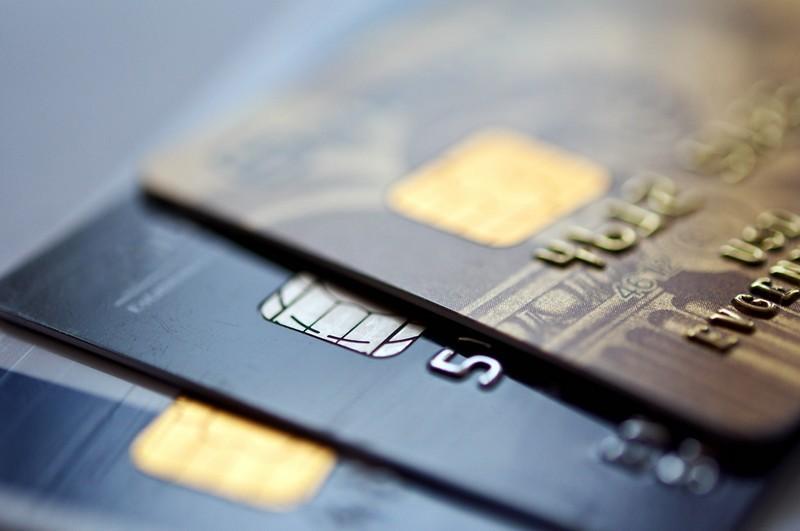 В Украине могут снизить стоимость оплаты картой в три раза, но «ПриватБанк» против