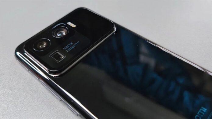 Материнская плата Xiaomi Mi 11 Ultra стоит дороже многих смартфонов Компания Xiaomi начала продавать глобальную версию смартфона Xiaomi Mi 11 Ultra. Это один из самых дорогих флагманов в истории производителя и одновременно лучший камерофон по версии DxOMark. Как стало известно, отремонтировать новинку после истечения срока гарантии будет сложно. На официальном сайте магазина Xiaomi в Китае была опубликована стоимость ремонта Xiaomi Mi 11 Ultra. Но сразу заметим, что на рынке Поднебесной новинка продаётся с двухлетней гарантией MiCare, которая позволяет провести починку бесплатно в течение двух лет. Без гарантии только за замену материнской платы придётся отдать 370 долларов. Для сравнения, доступный флагман Redmi K40 стоит 310 долларов в начальной конфигурации. За дисплей придётся заплатит чуть меньше – 255 долларов. Напомним, он построена на базе матрицы AMOLED формата WQHD с частотой обновления 120 Гц. Чуть дешевле стоит ремонт основной камеры, разрешение которой составляет 50 Мп + 48 Мп + 48 Мп. Её можно поменять за 210 долларов. Кроме того, 65 долларов придётся заплатить за замену задней крышки, а новая фронтальная 20-мегапиксельная камера обойдётся в 15 долларов. Что интересно, в компании не назвали стоимость замены дополнительного дисплея на тыльной панели, который имеет диагональ 1,1 дюйма. Напомним, что В Китае стоимость смартфона составила 915-1 070 долларов в зависимости от модификации. В Европе Xiaomi Mi 11 Ultra доступен по цене 1 199 евро или 1 410 долларов за вариант с 12 ГБ ОЗУ и накопителем объёмом 256 ГБ. В Китае эта версия стоит 990 долларов.