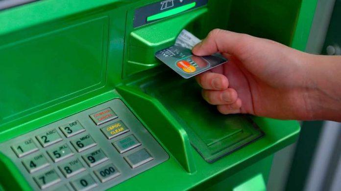 Найден способ получить заблокированную банкоматом карту