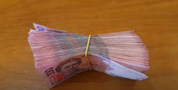 Украинцы начали забирать деньги из банков