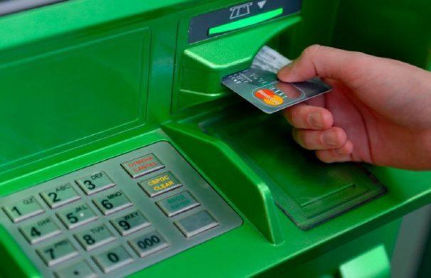 Программы «Приватбанка» не позволяют клиентам получить новые карты взамен просроченных