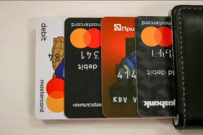 «Приватбанк» блокирует карты зарабатывающих на крипте украинцев