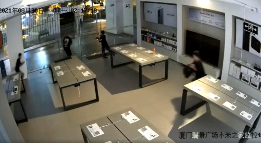 6 подростков обокрали магазин Xiaomi за 30 секунд