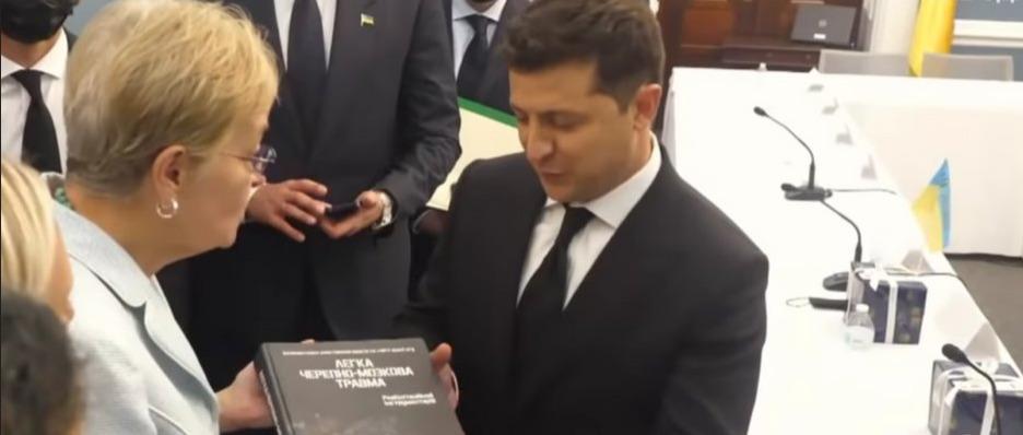 Зеленский объявил Украину «мировым IT-хабом», потребовал украинизировать iPhone и сравнил себя со Стивом Джобсом, за что получил в подарок книгу под названием «Легкая черепно-мозговая травма»