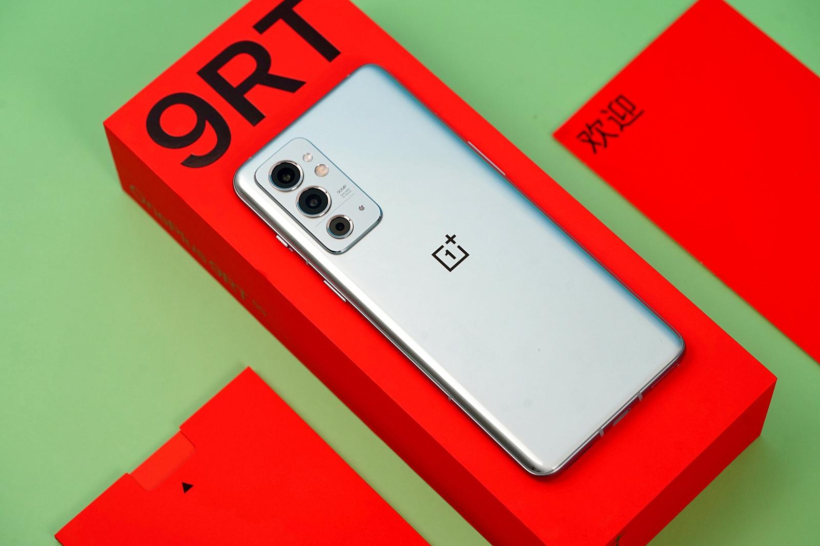 Распаковка смартфона OnePlus 9RT Hacker Picture