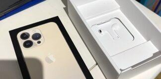 iPhone 13 с наушниками EarPods