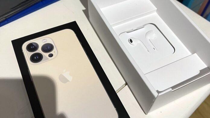 Не все iPhone 13 лишили наушников в комплекте